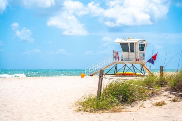 フロリダ州フォートローダーデールのビーチのライフガードステーション