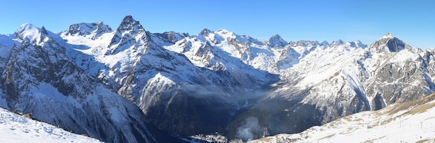 冬の山のパノラマ