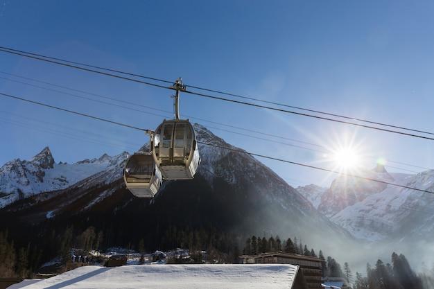 スキーリゾートのケーブルカー