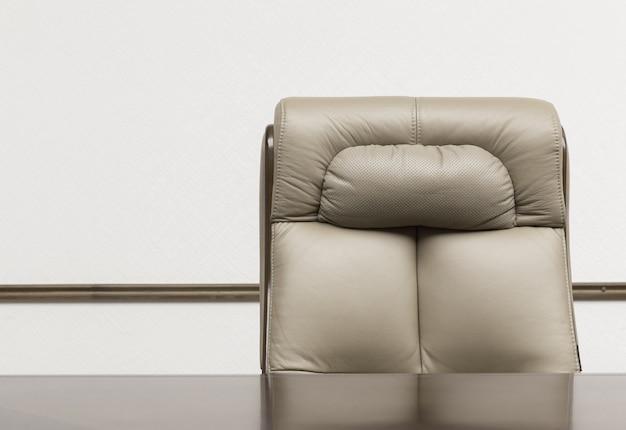 Кожаное кресло и стол