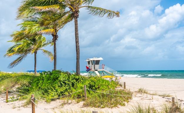 Спасатель станции на пляже в форт-лодердейл, штат флорида сша