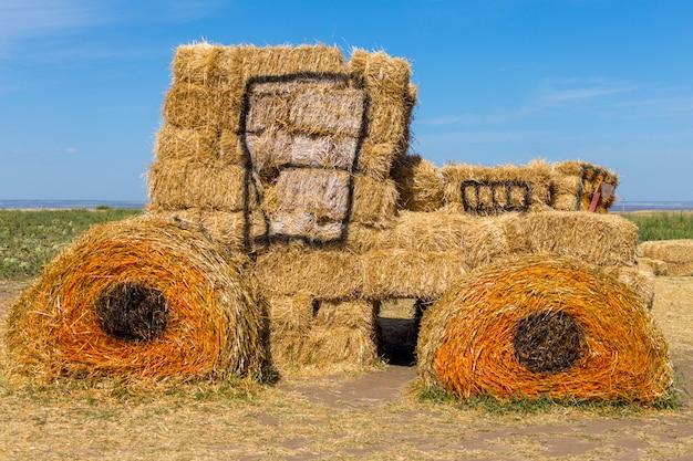 Большой сено-соломенный трактор для украшения