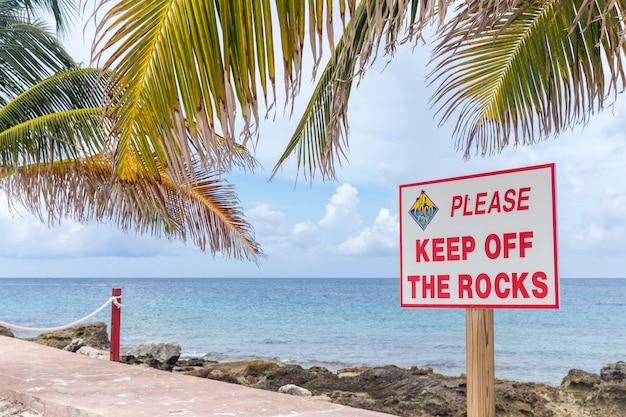 Пустой знак на пляже