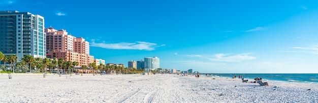 Пляж клируотер с красивым белым песком во флориде, сша