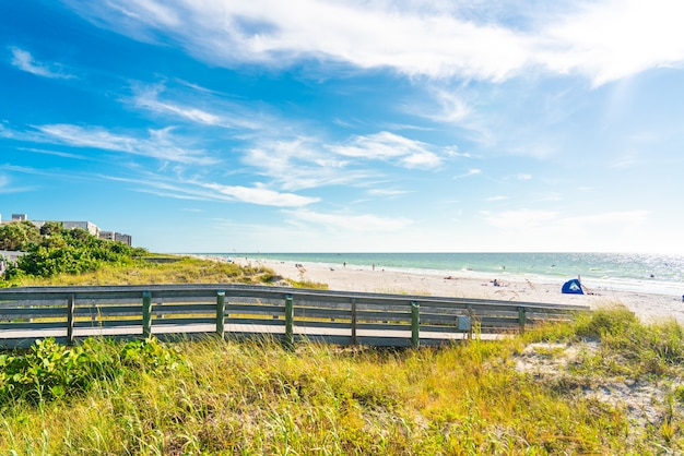Деревянный дощатый к индийским скалам пляж во флориде, сша