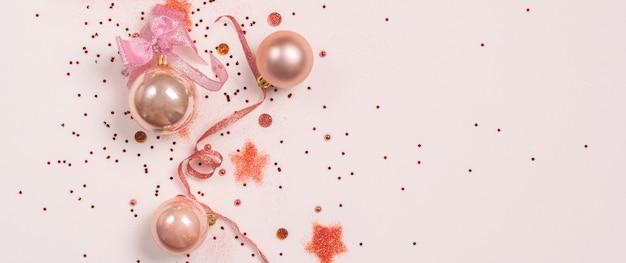 クリスマス組成のパノラマ。クリスマスボール、ピンクにピンクと金色の装飾