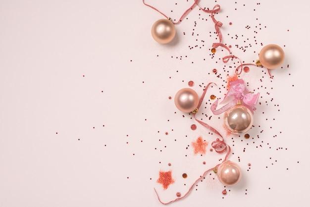 クリスマスボール、白地にピンクと金色の装飾がある絵葉書