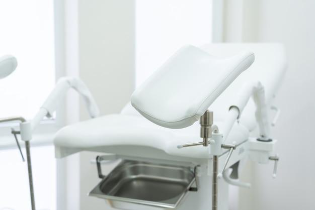 現代の医療センターで空の白い婦人科の椅子