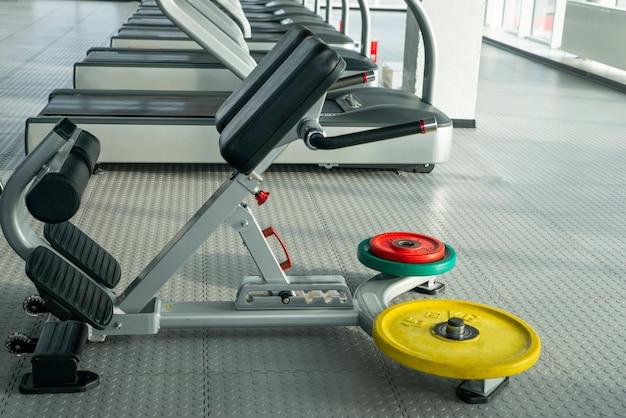 空のジムで腹筋トレーニングマシン