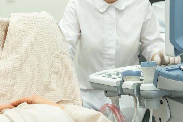 Доктор работает ультразвуковой сканер для диагностики пациентов