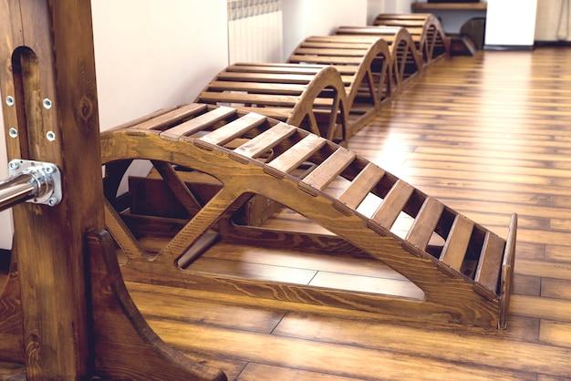 ヨガの木製ベンチとジムのインテリア