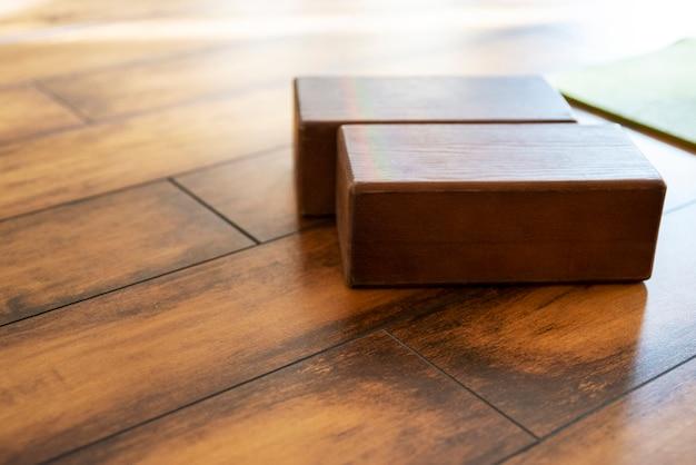 スタジオの木製ブロックヨガ用品のクローズアップ
