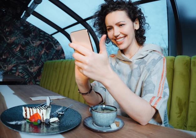Кафе город образ жизни женщина на телефоне, пить текстовые сообщения кофе текстовых сообщений на смартфоне в модном городских кафе.