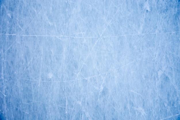 スケートの傷と青い氷の表面のテクスチャ