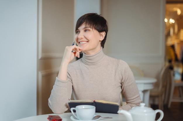 スタイリッシュなカフェで魅力的な若い女性