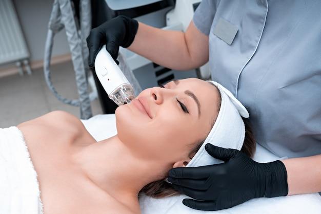 Молодая женщина, получающая лазерное лечение в косметологической клинике