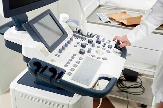女性を検査するための超音波機械の膣センサー