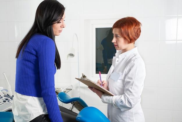 Пациент, имеющий консультацию с женщиной-врачом в офисе