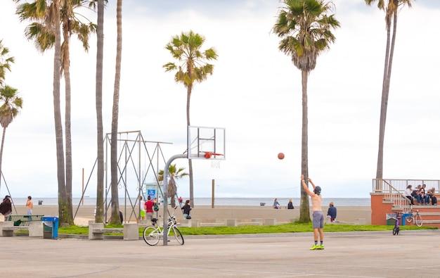 カリフォルニア州の有名なビーチ、ロサンゼルスのベニスビーチのオーシャンフロントウォーク