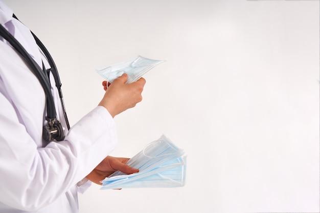 医師や看護師は、ウイルス感染、コロナウイルスの概念から保護するために保護マスクを使用することをお勧めします