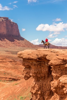 Ковбой смотрит на горизонт, долина монументов в племени навахо