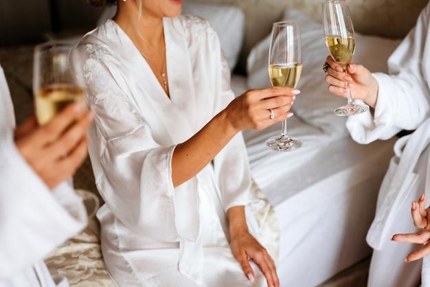 パジャマを着てシャンパンを飲む女性
