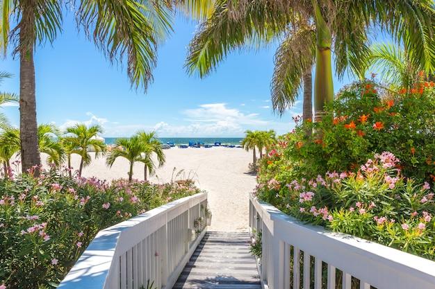アメリカ、フロリダ州セントピートのビーチの遊歩道