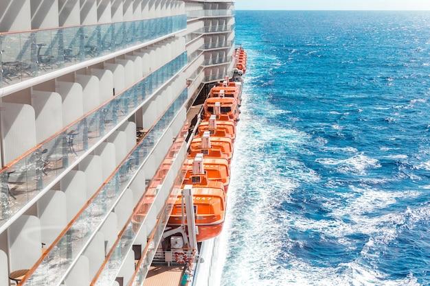 青い空を背景にクルーズ船の側面図