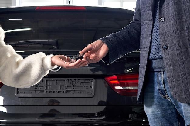 整備士がサービス後に顧客に車のキーを与える