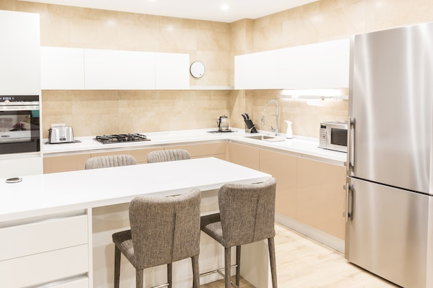 Современная кухня в роскошной квартире в бежевых тонах