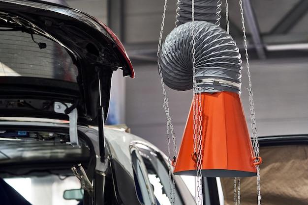 Капот промышленной вытяжки в автосервисной мастерской