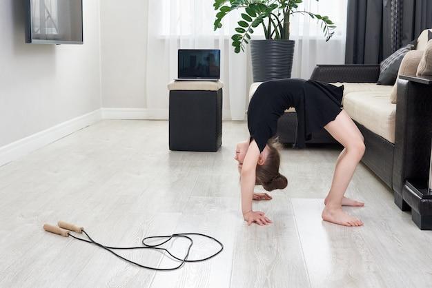 自宅で後屈体操をしている女の子