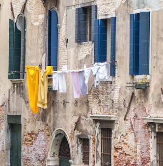 Сушка белья висят высоко в венеции италия