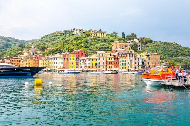 Красивый портофино с разноцветными домами и виллами в небольшой бухте гавани. лигурия, италия