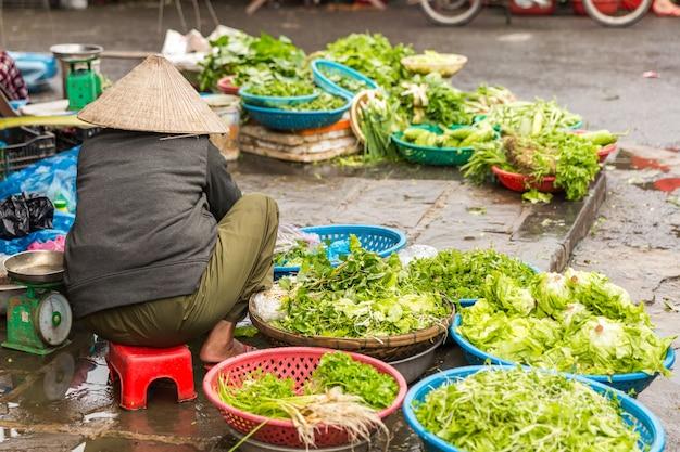 ホイアンの伝統的なストリートマーケットで新鮮な野菜