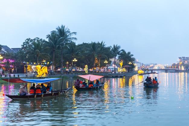 ホイアンの川のボートベトナムの旧市街