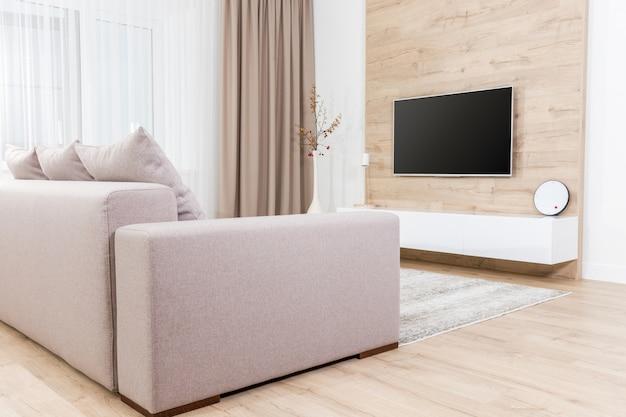 テレビ装備のモダンな明るいリビングルーム