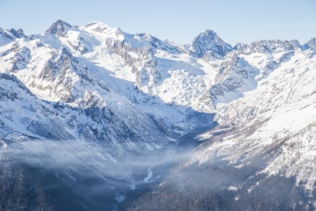 青い空と雪と山の氷河のパノラマビュー