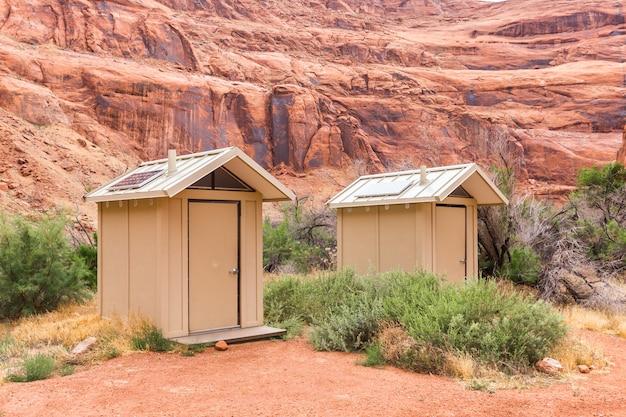 米国ユタ州のレッドキャニオン国立公園のソーラーパネル付きトイレ