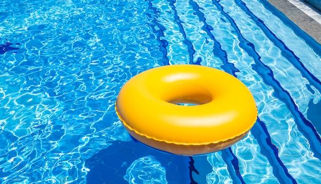 プールのインナーチューブ