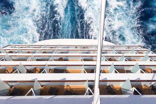 クルーズ船のバルコニー、航跡または歩道のあるデッキ