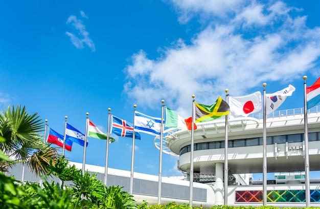 さまざまな国の国旗とマイアミ空港の建物