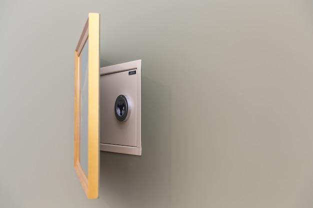 Скрытый настенный сейф
