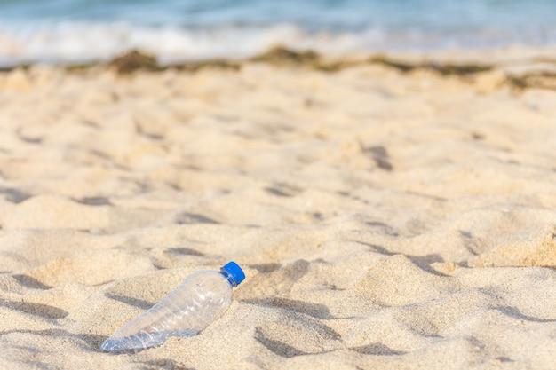 プラスチックボトル観光客が残したビーチ