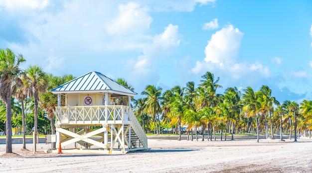 晴れた日にクランドンパークのビーチでライフガードタワー。キービスケーン。マイアミ、フロリダ。