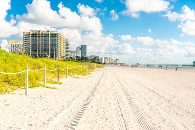 フロリダ州マイアミの広いサウスビーチ、草と建物