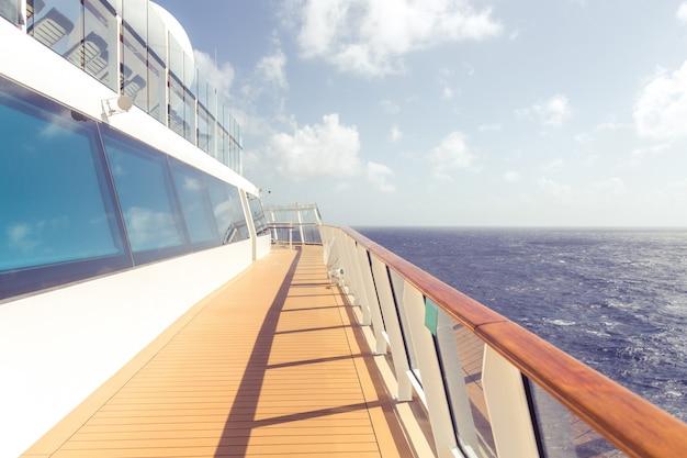 クルーズ船の空のオープンデッキとコピースペース