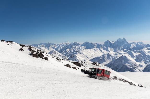 Снежок на склоне высоко в горах