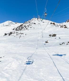 山の高いスキー場のスキーリフト