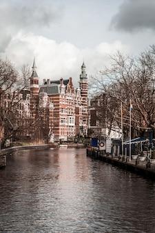 運河のある街の通り